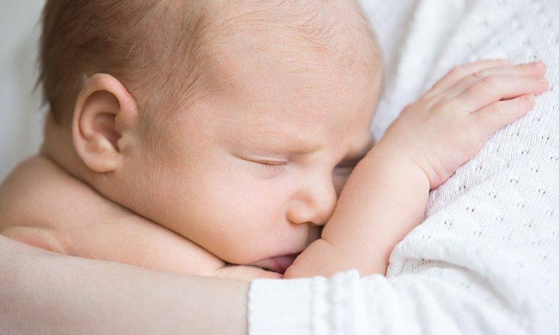 روش صحیح بغل کردن و شیر دادن به نوزاد